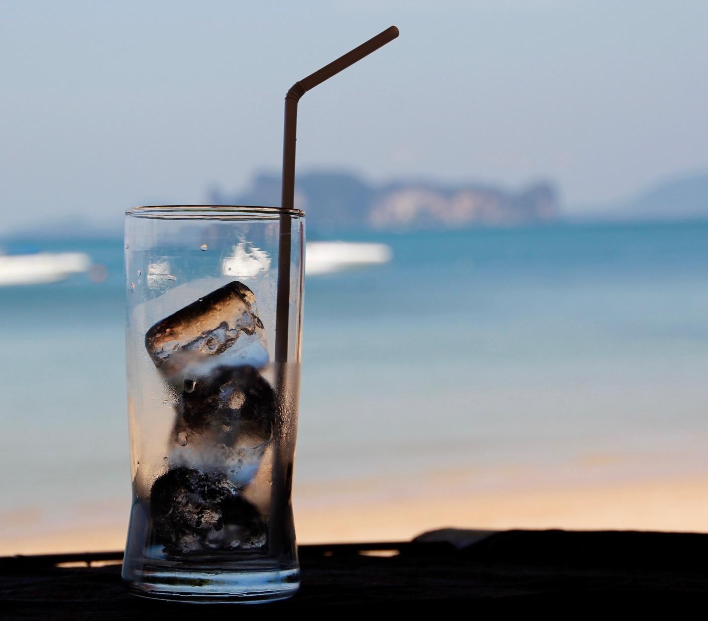 Bicchiere con cubetti di ghiaccio limpidi