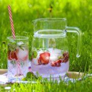 brocca con ghiaccio e acqua aromatizzata alla frutta
