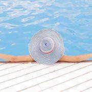 ragazza-piscina-all'aperto-bologna